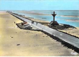 85 - ILE DE NOIRMOUTIER - Le Gois : Vue Aérienne : Passage à Marée Basse - Jolie CPSM Dentelée Colorisée GF 1965 - Vendé - Ile De Noirmoutier