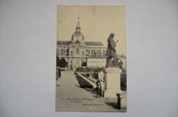 CPA 78 VERSAILLES. Ecole Nationale D Horticulture. Statue De La Quintinie. - Versailles