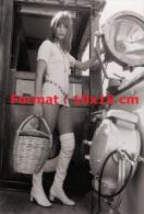 Reproduction D'une Photographie De La Sensuelle Jane Birkin Vêtue D'une Robe Courte Et Cuissardes Sur Un Bateau - Reproductions