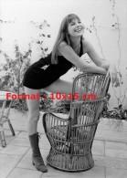 Reproduction Photographie De La Belle Et Sensuelle Jane Birkin Vêtue En Jupe Courte Et Appuyée Sur Un Fauteuil En Osier - Reproductions