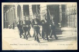 Cpa Du 75  Paris Vécu -- Palais De Justice -- La Relève Des Sentinelles   NOV15 19 - Artisanry In Paris