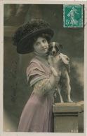 FEMMES - FRAU - LADY - MODE - DOG - Jolie Carte Fantaisie Portrait Femme Avec Jolie Chapeau Et Chien - Chiens