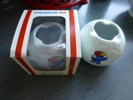 Porcelaine Chauvigny, Coupe Monde FOOTBALL 1998,  Ballon Avec Mascotte, Dans Sa Boîte - Céramiques