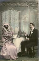 Homme Et Femme A Table Homme Avec Une Bouteille De Champagne  1905 - Couples