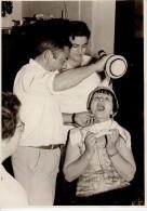 Grande Photo Originale A La Tienne  - Femme Avec Bavoir à L'apprentissage De La Bouteille Espagnole - Gorgée - Personnes Identifiées