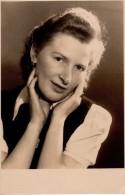 Photo Originale Femme - Portrait De Jeune Femme La Tête Dans Les Mains - - Personnes Identifiées