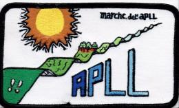 """Badge En Tissus Brodé """"Marche De L´Athénée Provincial De La Louvière (APLL)"""", Vers 1980 - Publicités"""