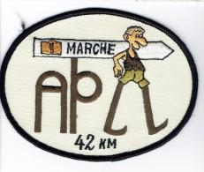 """Badge En Tissus Brodé """"Marche De L´Athénée Provincial De La Louvière (APLL), 42 Km"""", Vers 1980 - Publicités"""