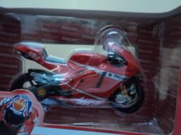 DUCATI DESMOSEDICI 1/18 CASEY STONER N° 27 N°1  ANNEE 2008 1 SUR MOTO  LIRE !!! - Motos