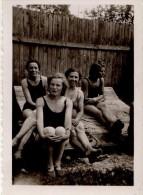 Photo Originale Plage Et Maillot De Bain - 4 Femmes En Maillots De Bains Sur Un Transat - - Pin-Ups