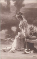 "Fille Avec Pigeons, Girl With Doves, ""Frisa"" (pk28608) - Autres Photographes"