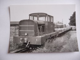 Nangis : Un Train De Wagons Plats Et Son Tracteur Stationnant En Gare CFD De Nangis - Treinen
