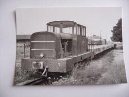 Nangis : Un Train De Wagons Plats Et Son Tracteur Stationnant En Gare CFD De Nangis - Treni