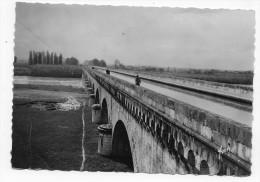 AGEN - LA ROUTE CANAL SUR LA GARONNE AVEC PERSONNAGES - CPSM GF VOYAGEE - Agen