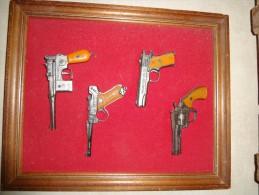 Cadre Avec 4 Mini Repliques D'armes De Trés Belle Qualité - Other