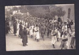 Rare Carte Photo Guerre 1914-1918 - Prisonniers Allemands à Tunis ( Encadrés Par Des Zouaves ) - Guerra 1914-18