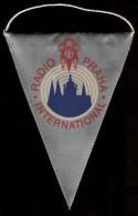 Fanion Radio Prague International  /  Radio Praha  / Tchécoslovaquie / Années 80 - Radio & TSF