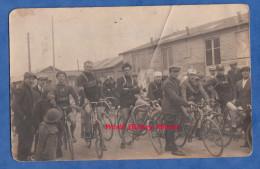 CPA Photo - FARGNIERS ? - Course Cycliste Au Départ - Coureur Avec Maillot JB JOUVET - Affiche Polyclinique - Vélo Bike - Frankreich