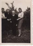 Photo Originale Famille -  Parents Et Filles Dont Une Très Grande Le 19 Mai 1946 - Famille Geisler - Allemagne - - Personnes Identifiées