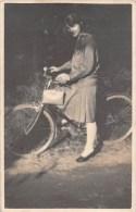 """03457 """"IVREA (TO) - GIOVANE DONNA IN BICICLETTA - FINE ANNI '40 - FOTOGRAFO PERAZZONE""""  ANIMATA, FOTOGRAFIA ORIGINALE. - Ciclismo"""