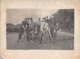 """03459 """"GRUPPO DI UOMINI E RAGAZZI IN BICICLETTA - ANNI '30 DEL XX SECOLO""""  ANIMATA, FOTOGRAFIA ORIGINALE. - Ciclismo"""