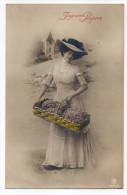 Joyeuses Pâques--Femme Avec Jolie Robe (dentelle) Et Chapeau Tenant Un Panier  N°2687/6  éd  P.RA - Easter