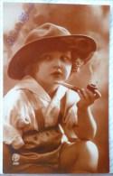 Superbe Photo RTB 3435 Portrait Fille Fillette GARCON? Chapeau De SCOUT Fumant Pipe Voyagé 1926 Cachet  Flamme Bruxelles - Photographs