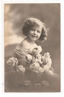 JOLIE FILLETTE  Avec Un Bouquet De Rose - Portraits