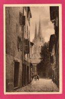 64 PYRENNEES-ATLANTIQUES  BAYONNE, La Cathédrale Vue De La Vieille Rue, Animée, (Yvon, Paris) - Bayonne