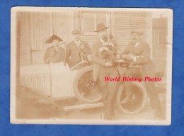 Photo Ancienne Snapshot - Famille Et Leur Chien Autour D'une Belle Automobile à Identifier - Voir Volant Roue - Dog Hund - Cars