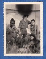 Photo Ancienne - Groupe De Militaire Français En Afrique - Uniforme Lunettes De Soleil - Ratée Erreur Error Doigt Noir - Krieg, Militär
