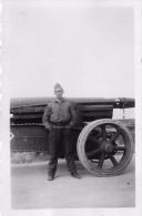PHOTO  SCENE MILITAIRE SOLDAT DEVANT ENGIN FORMAT  6.50 X 4.50 CM - Guerre, Militaire