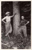 Carte Photo Originale Homme - Couple D'hommes Jeunes Contre Un Arbre - L'un Avec Chapeau Fleuri - - Professions