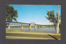 PONTS - THE PRINCESS MARGARET BRIDGE OVER THE SAINT JOHN RIVER IN FREDERICTON NEW BRUNSWICK - PHOTO LEN LEIFFER - Ponts