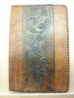 BuAut. 3. Ancien Couvre Cahier Ou Liseuse En Cuir Au Repoussé. Signée - Autres Collections