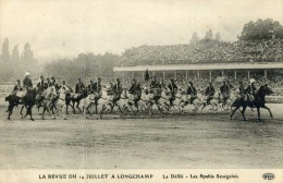LA REVUE DU 14 JUILLET A LONGCHAMP - BELLE CPA BIEN ANIMEE. - Regiments