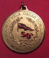 MEDAGLIA   MONFALCONE SOCIETA' VELA OSCAR COSULICH  50 ANNIVERSARIO  1933 - 1983 - D.4 Cm - Professionali/Di Società