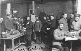 Sous-Officiers Français Prisonniers Au Camp D´Orhdruf  En Allemagne En 14.18, Avec  Gardiens Distribution De Colis - Personaggi