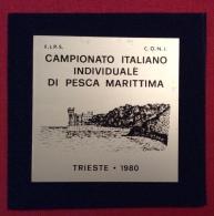 MEDAGLIA  TARGHETTA TRIESTE 1980 - CAMPIONATO ITALIANO INDIVIDUALE DI PESCA MARITTIMA  -  D.5,5x5,5 -in Astuccio - Professionali/Di Società