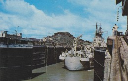 """AMERIQUE---ANTILLES--PANAMA---U.S.S. """"IOWA""""entering Pedro Miguel Locks Canal Zone--voir 2 Scans - Vierges (Iles), Amér."""