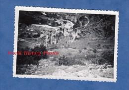 Photo Ancienne - SAINTE ENIMIE - Vue Du Village Pris De Tout En Haut - Gorges Du Tarn - Juillet 1955 - Lozère - Bateaux
