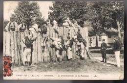 CAMP De CHALONS . Infanterie -- Le Franchissement De La Palanque . - Camp De Châlons - Mourmelon