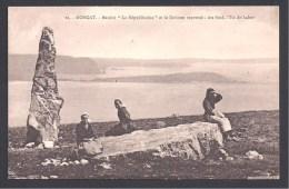 """MORGAT - Menhir """" La Républicaine""""  Et Le Dolmen Renversé - Au Fond , L'Ile De Laber - Morgat"""
