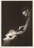 """Les Gens D´ici """"la Gouge Grignote... """" Photo Marc Paygnard (n°0002 Combier Neuve) Le Sabotier Dans Son Atelier - Artisanat"""