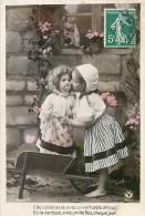 A16-1004 :   ENFANT ET POUPEE BROUETTE - Juegos Y Juguetes
