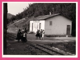 Grande Photo - Bosnie - Gare Volari - Bahnhof Volari - Animée - 1966 - 23,5 X 17,5 Cm Environ - Gares - Sans Trains