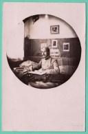 CAMP DE PRISONNIERS ELLWANGEN - OFFICIER FAISANT SON COURRIER - CARTE PHOTO 1917 - 2 SCANS - Guerre 1914-18