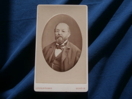 Photo CDV L. Fueslin Rigaud à Genève -  Portrait Embossé Vieil Homme Avec Lunette, Binocle Circa 1880 L240C - Anciennes (Av. 1900)