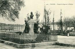 VANNES - Statue Le Sage Sur La Rabine Beau Plan Avec Les Voiliers Derrière - Vannes