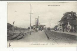 Varennes-sur-Allier  03   La Gare Interieure--Les Quais Tres Animés-et Tran Entrant En Gare - France